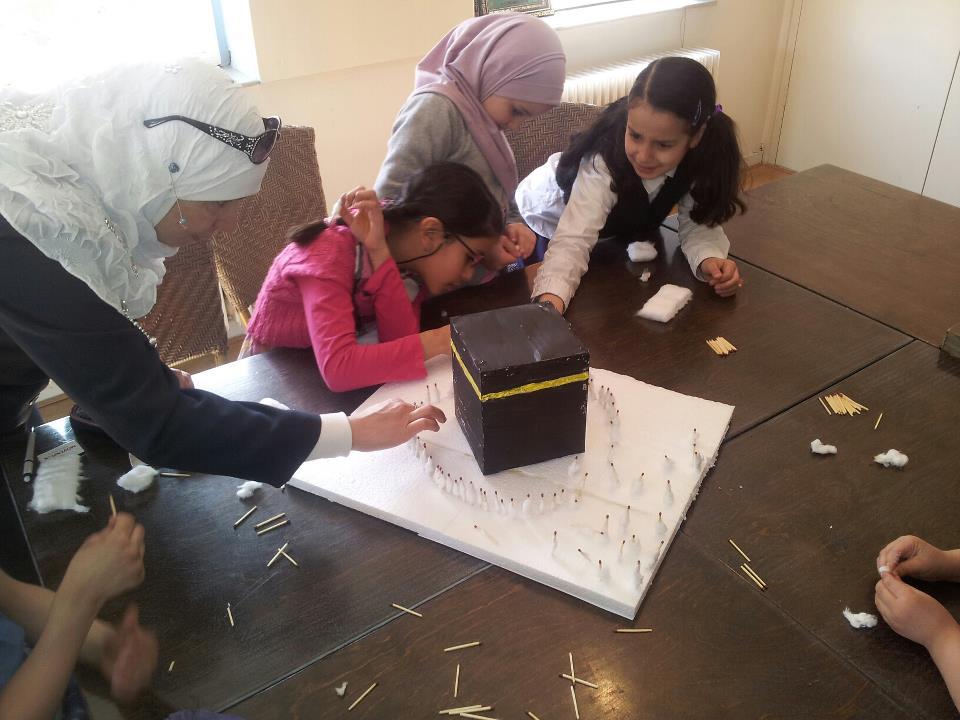 Islamitische kunstgalerij bij Stichting Okaz مؤسسة عكاظ أمستردام تنظم معرض الفنون الإسلامية الأول