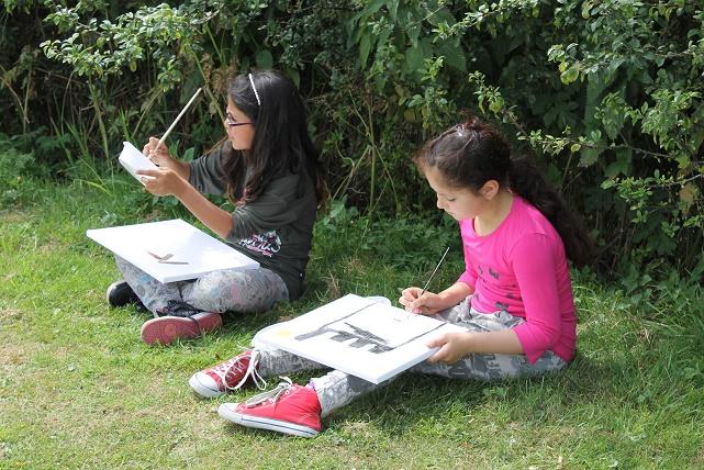 meiden aan het schilderen
